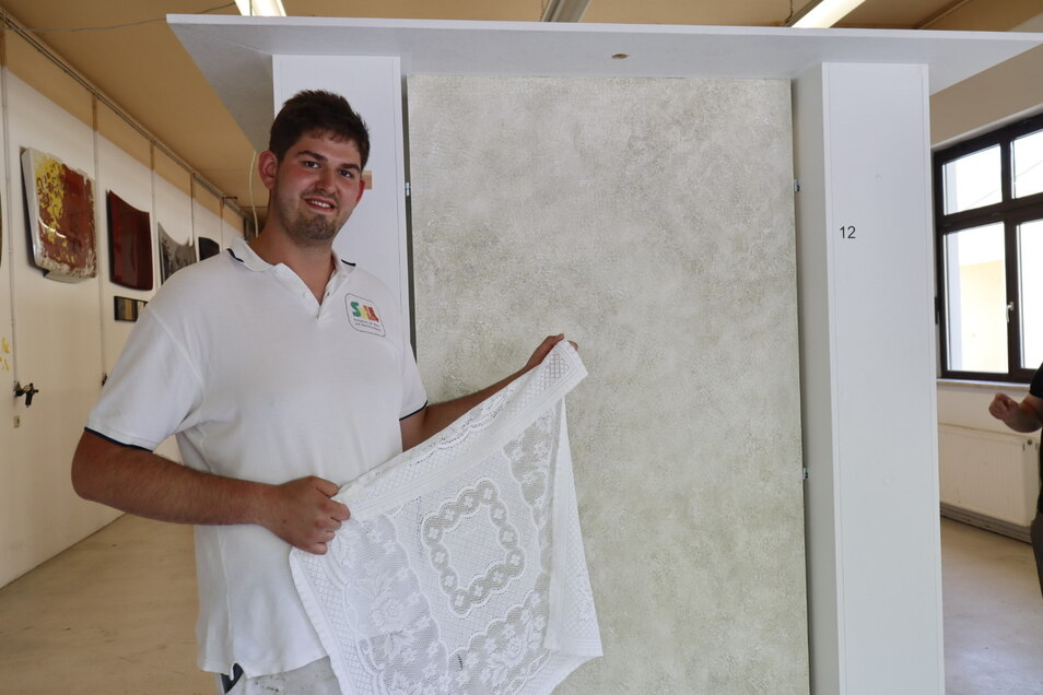 Der 20-jährige Hannes Sell aus dem thüringischen Neunheiligen nutzte Omas Tischdecke für die Aufgabe. In einem vierschichtigen Aufbau von Kalk-Lehm-Putz übertrug er das florale Muster an eine für Feuchträume geeignete Wand.