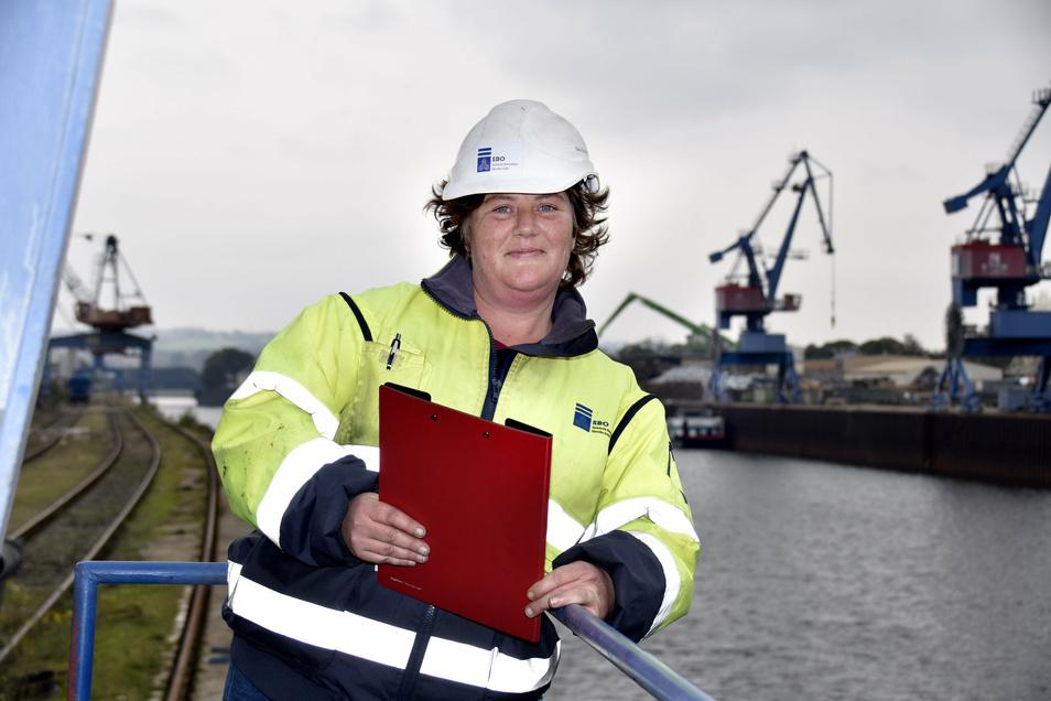 Disponentin Silvia Straßenburg kümmert sich um die Transporte im Alberthafen. Zum Glück führt die Elbe derzeit genügend Wasser.
