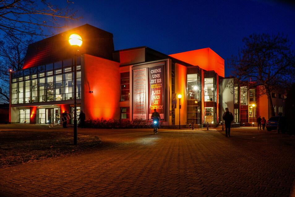 Während das große Haus des Bautzener Theaters am Montag rot angestrahlt war, waren hinter der Fassade Ausschnitte aus Schauspiel- und Puppentheaterinszenierungen zu sehen.