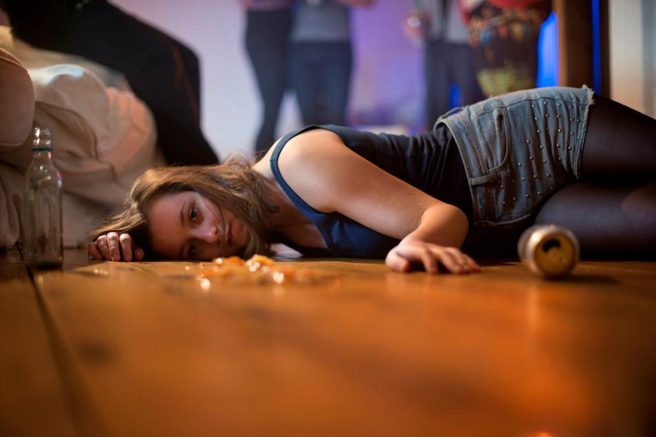 Schon Kinder und Jugendliche trinken häufig Alkohol. Dagegen wendet sich eine Kampagne der DAK.