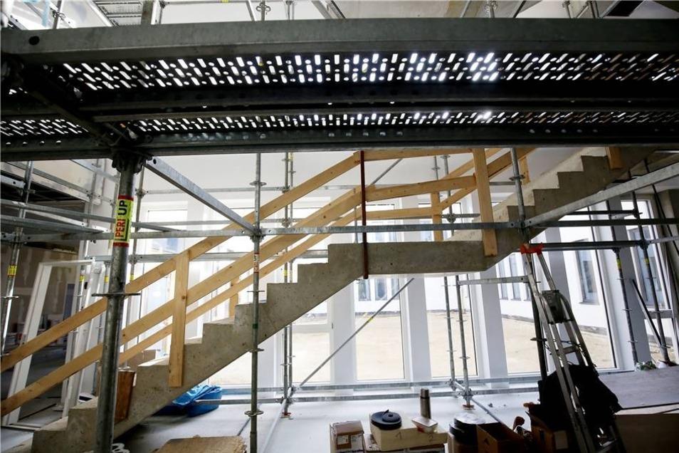 Die Eingangshalle mit ihren breiten Treppen wird künftig ein Hingucker.