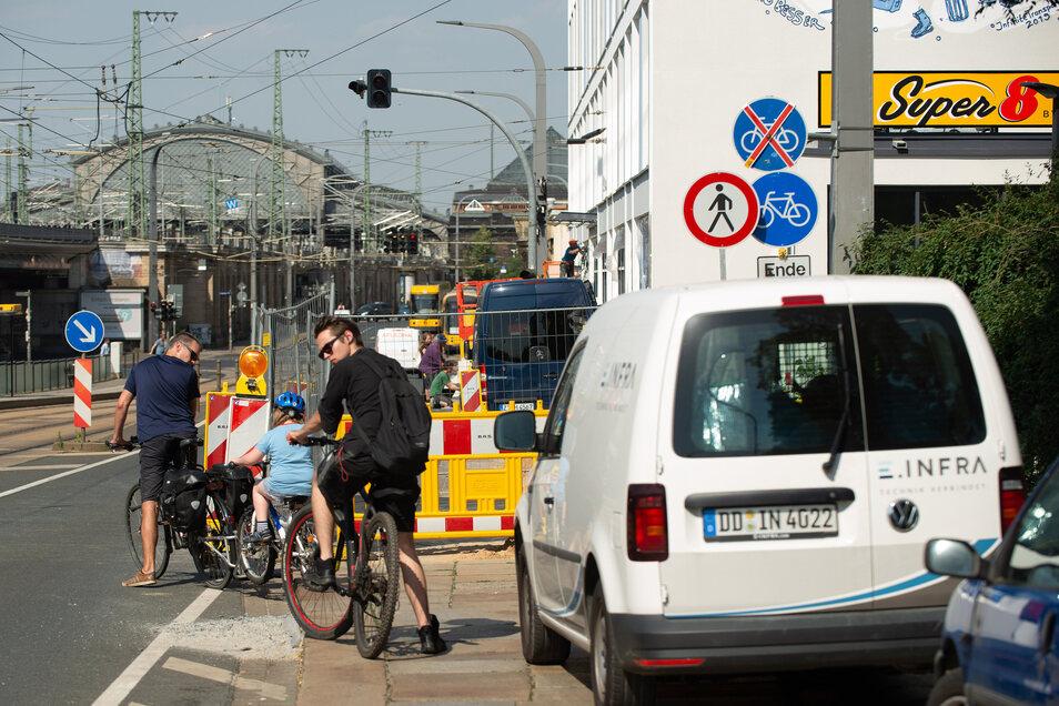 Vorsicht geboten: Wer derzeit Richtung Neustädter Bahnhof will, muss wegen einer nicht ungefährlichen Baustelle auf der Antonstraße besonders achtsam sein. Erst seit Donnerstagnachmittag ist der Radstreifen wieder besser befahrbar.