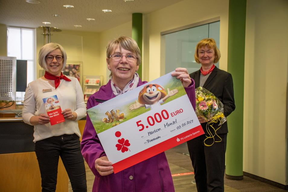 Freudestrahlend hat Marion Menzel (Mitte) am Montag ihren Gewinn beim PS-Sparen entgegengenommen.