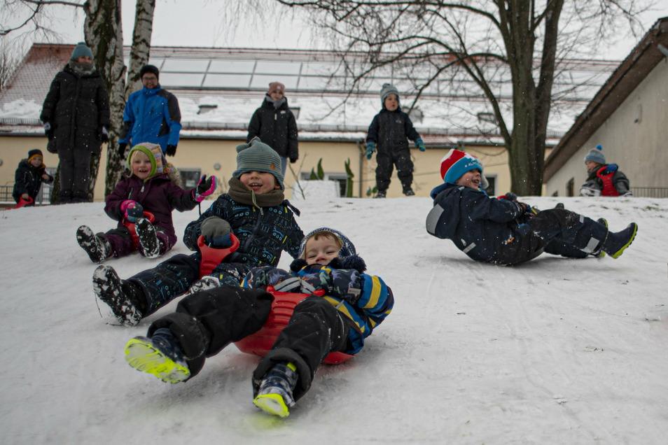 Den Größeren der Kita in Lichtenberg gehört an diesem Tag der Rodelhang - und sie haben jede Menge Spaß.