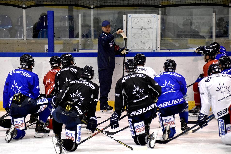 Alle hören auf die Anweisungen von Bradley Gratton. Der Eislöwen-Coach erläutert jede Übung vorher an der Taktiktafel.
