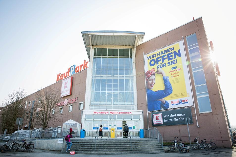 Der alte Kaufpark wird nur noch bis 2022 so aussehen, wie er sich jetzt von der Dohnaer Straße aus präsentiert.