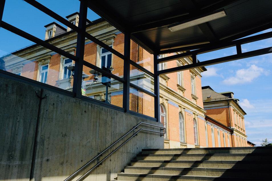 Noch in diesem Jahr sollte im Coswiger Bahnhofsgebäude eine Tagespflege eröffnet werden. Aber daraus wird nichts.
