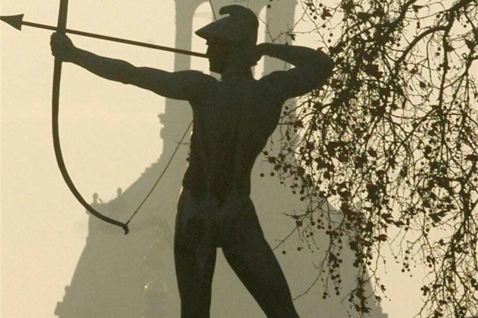 Der Bogenschütze:  Die Plastik zählt zu den bekanntesten Kunstwerken am Neustädter Elbufer. 1902 gefertigt und 1936 wieder aufgestellt, steht sie heute noch im Staudengarten.