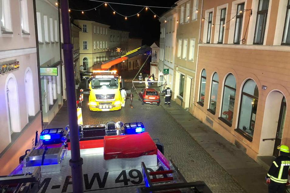 Wegen eines Wasserrohrbruchs rückten am Dienstagabend in Kamenz in der Nähe des Marktes Einsatzkräfte an. Auch ein parkendes Auto musste per Kran umgesetzt werden.