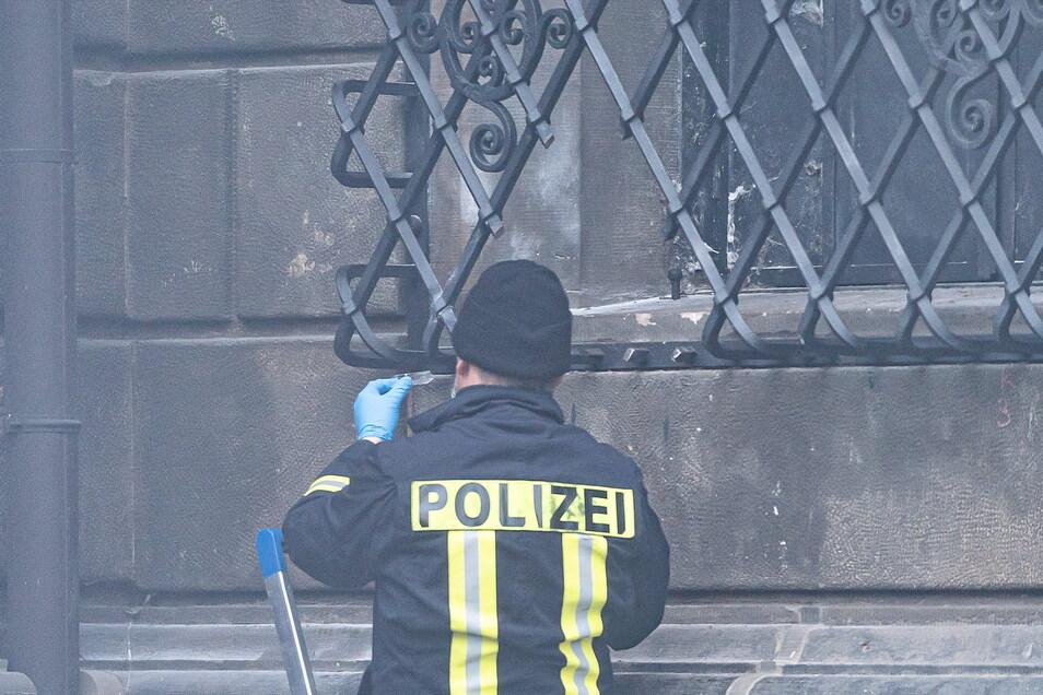 Polizisten sichern im November 2019 ein durchgesägtes Gitter vor dem Fenster am Schloss Dresden.