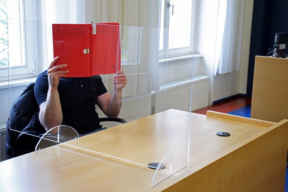 Der Angeklagte im Saal des Riesaer Amtsgerichts.