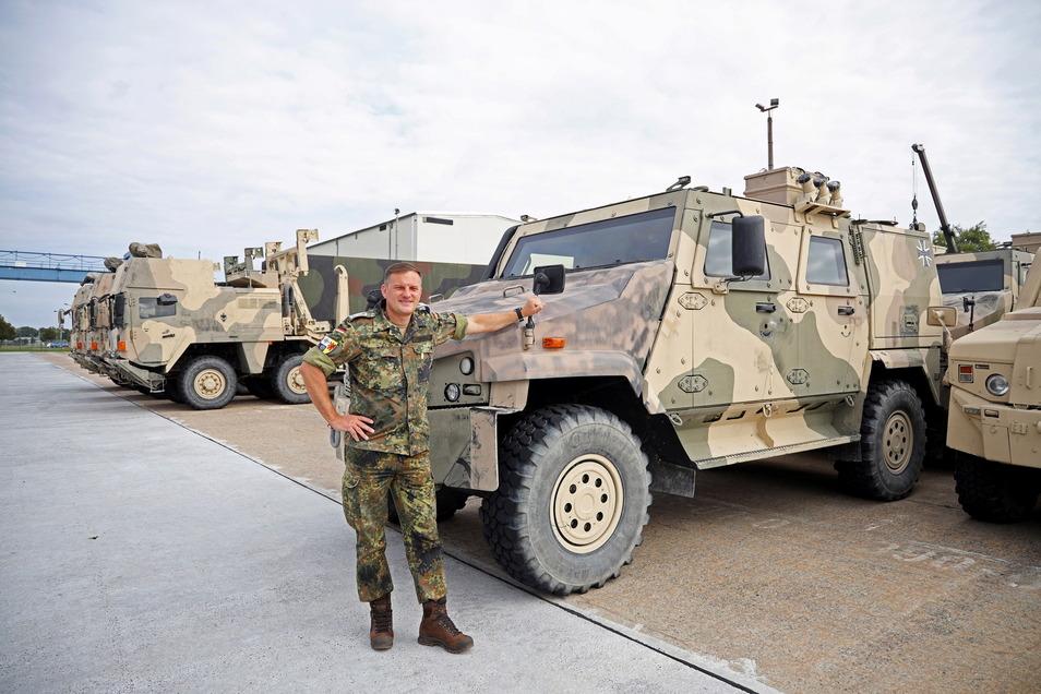 Kasernenfeldwebel Tassilo Heinrich steht vor einem der gepanzerten Fahrzeuge, die vom ISAF-Einsatz aus Afghanistan zurück nach Deutschland gekommen sind.