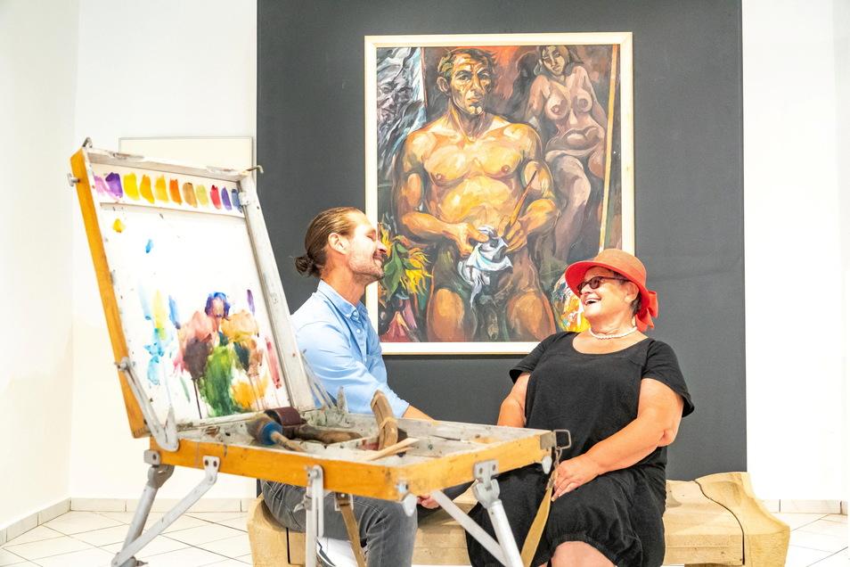 Moosdorf-Kenner Mirko Jorg Kellner und die Witwe des Künstlers Ingrid Moosdorf in der neuen Ausstellung.