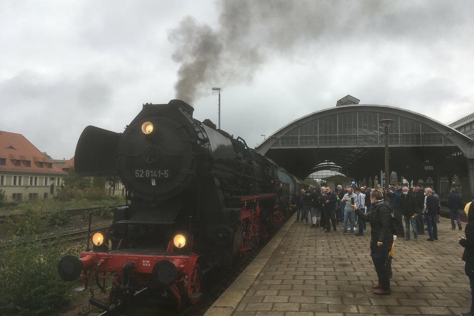 Schornstein voraus startet die Dampflok in Görlitz in Richtung Niesky.