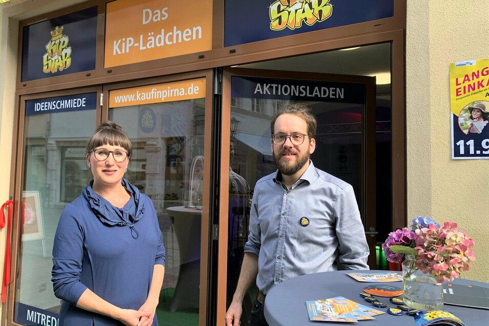 """Dina Stiebing (l.) vom Verein """"Citymanagement Pirna"""" und Robert Böhme vom Stadtmarketing vor dem KiP-Lädchen: Zusätzliche Möglichkeiten für neue Ideen."""