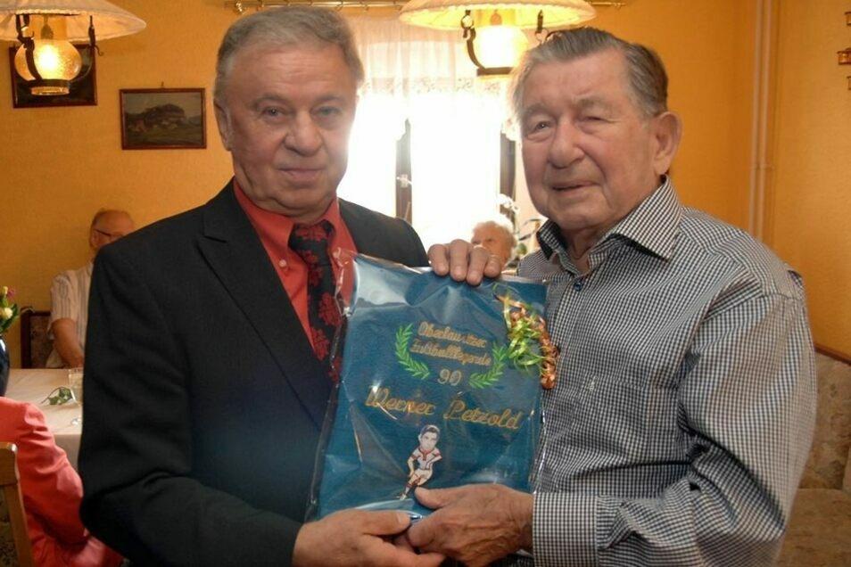 """""""Oberlausitzer Fußballlegende"""": Zum 90. Geburtstag hat Johann Stein (links) seinem Freund Werner Petzold ein Frottee."""
