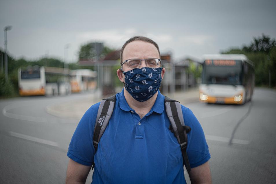 Werner Kohl am Busbahnhof in Kamenz: Der Panschwitzer kritisiert, dass die Maskenpflicht auf seiner Bus-Strecke nicht konsequent durchgesetzt wird.