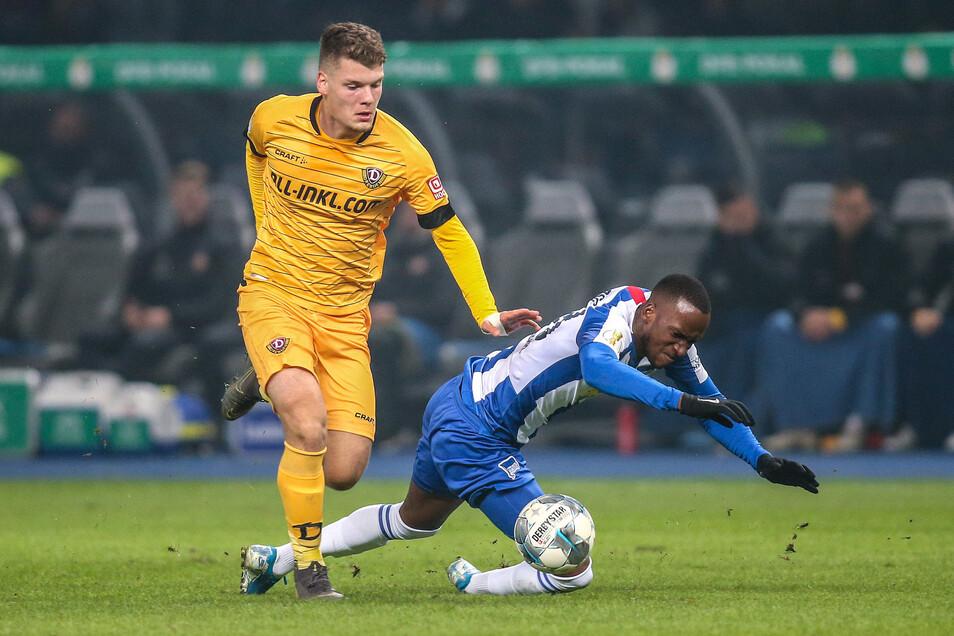 Im Spiel zeigt sich Dynamos-Abwehrtalent Kevin Ehlers (l.) auch gegen Top-Stürmer wie Berlins Dodi Lukebakio zweikampfstark und erstaunlich abgeklärt.