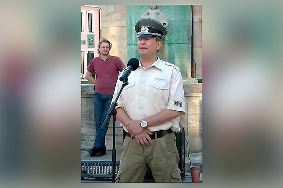 AfD-Fraktionschef Dirk Munzig auf dem Obermarkt bei einem absurden militärischem Auftritt. Der AfD-Kreisverband will seinen Rauswurf prüfen.