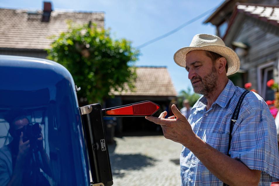 "Rudolf Neubert zeigt den ""Blinker"" an seinem Oldtimer."