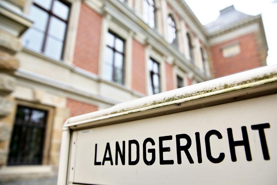 Vor dem Landgericht Zwickau muss sich eine vierfache Mutter wegen versuchten Mordes verantworten.