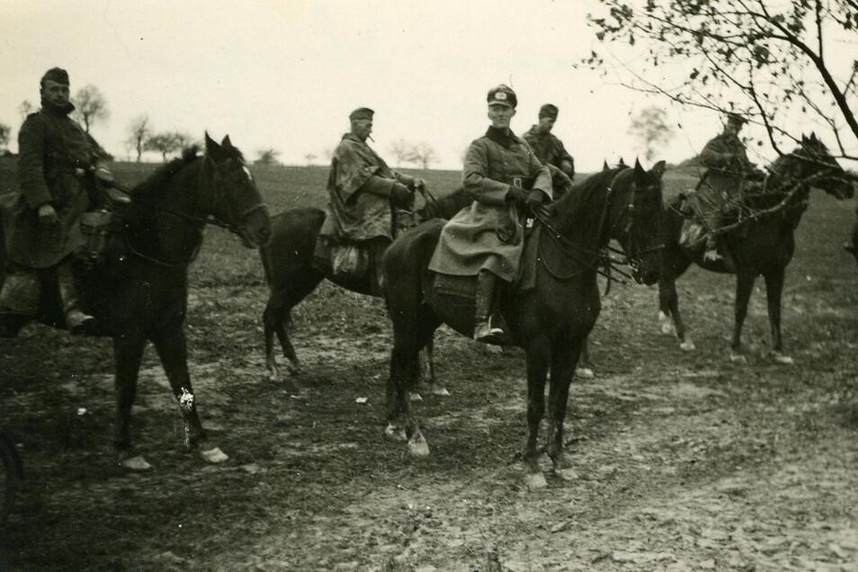 Weises Kompaniechef (Mitte) beim Marsch zum Westwall und später auch während der Besatzungszeit in Polen: Hauptmann Schneider.