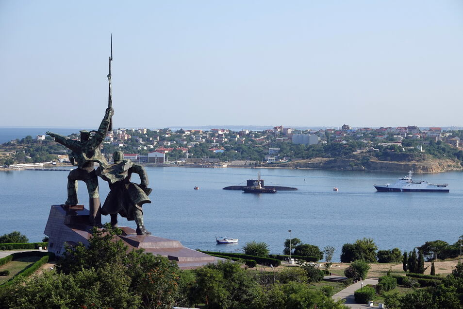 Im russischen Sewastopol Hinter liegen ein U-Boot und Kriegsschiffe der russischen Schwarzmeerflotte vor Anker in der Hafenstadt.