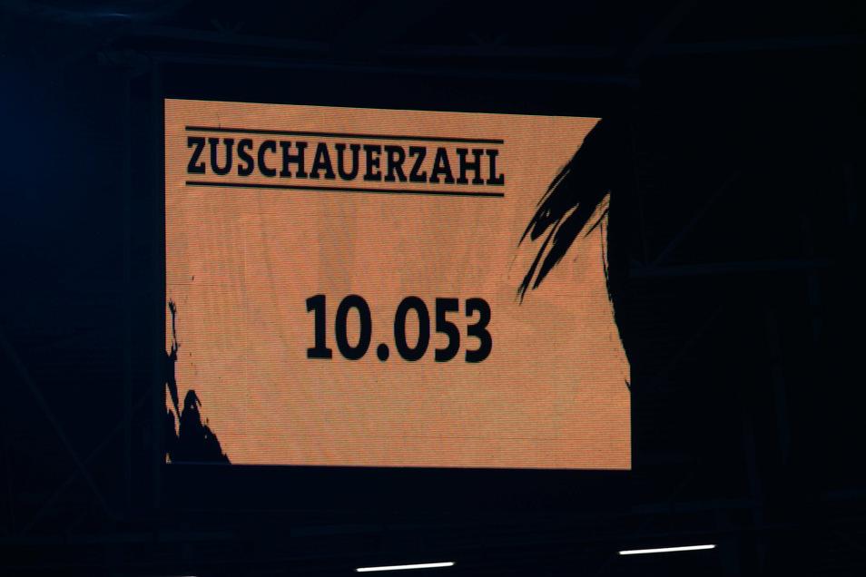 Die Anzeigetafel am Montag beim Pokalspiel gegen Hamburg. So viele Zuschauer sollen es auch künftig bei Dynamo-Heimspielen sein - mindestens.