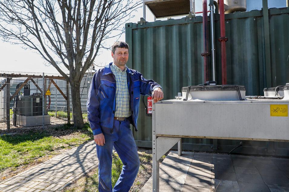 Torsten Riedel vom Agrarbetrieb Schlegel/Dittelsdorf an der Biogasanlage, die künftig auch das Dorfgemeinschaftshaus mit Wärme versorgen soll.