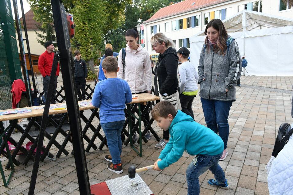 """An mehreren Stationen vor dem Rietschener Schulgebäude bot sich den Mädchen und Jungen die Gelegenheit ihre Kraft bei """"Haut den Lukas"""" sowie ihre Geschicklichkeit an den Bastelständen unter Beweis zu stellen."""