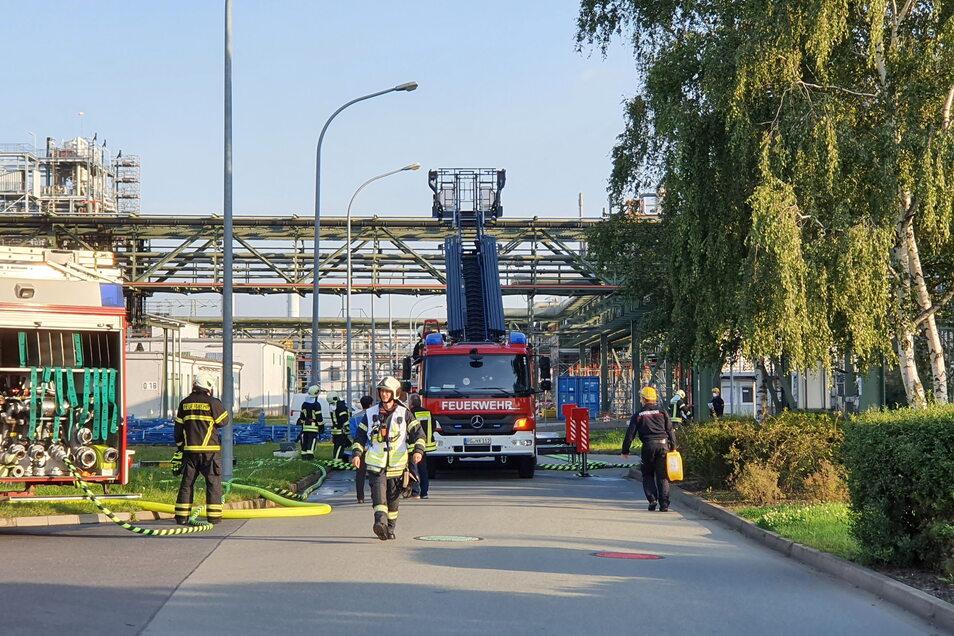 Auch die Drehleiter der Freiwilligen Feuerwehr Nünchritz kam im Chemiewerk mit zum Einsatz.