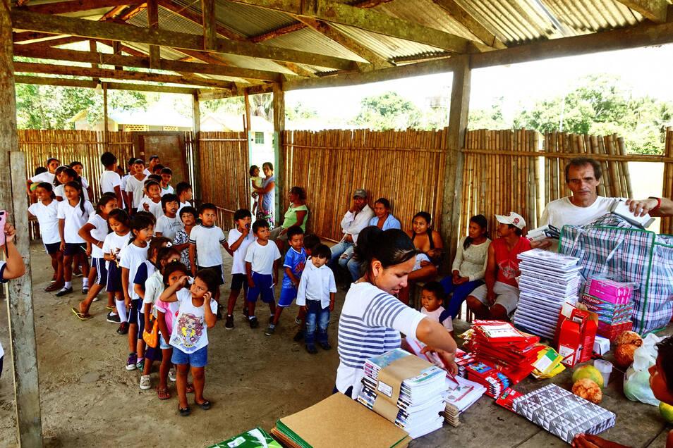 Hartmut Weder (ganz rechts) verteilt die Schulsachen selbst an Kinder und Lehrer. Alle freuen sich über seine Besuche.