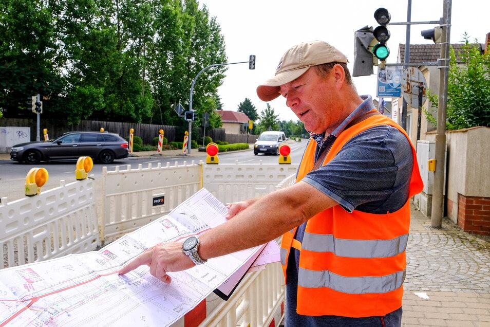 Ronald Ramisch vom Sachgebiet Straßenbau erklärt anhand des Bauplans die anstehenden Arbeiten.
