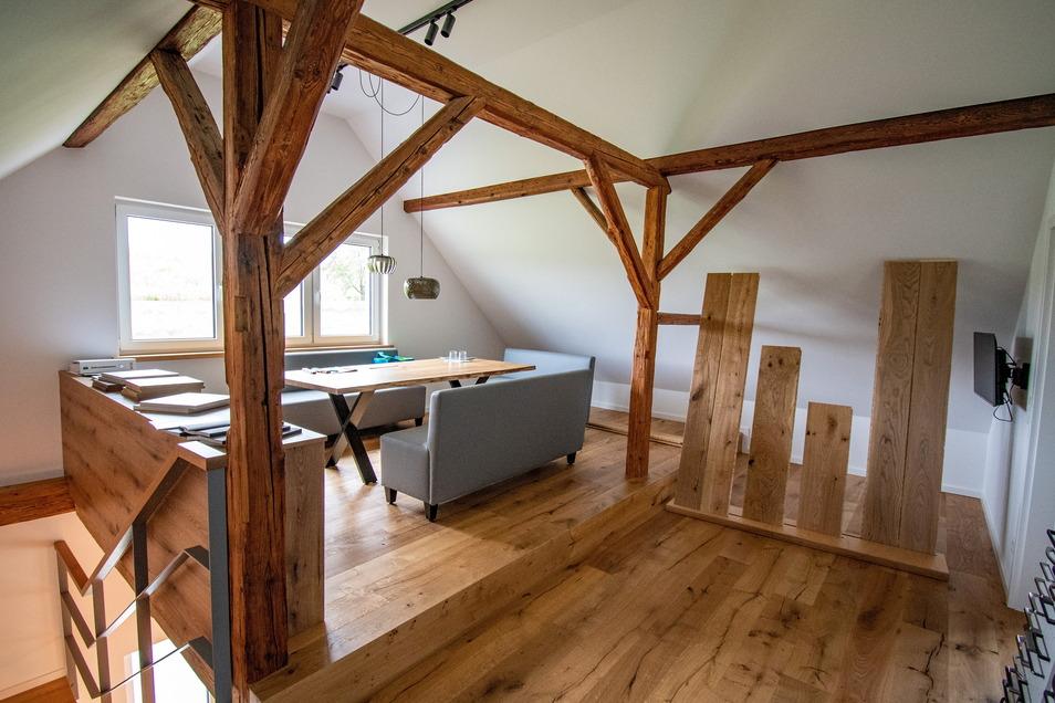 Das Dachgeschoss der ehemaligen Scheune ist zum Teil in eine Art Musterwohnung ausgebaut worden. Dort können Familien, die neu bauen oder renovieren, zum Beispiel sehen, wie ein Bodenbelag aus Holz aussieht und welche Auswahl es gibt.