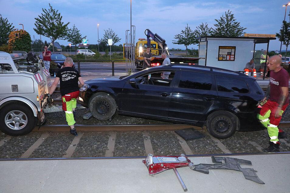An der Endhaltestelle in Pennrich landete ein VW Passat auf den Straßenbahnschienen.