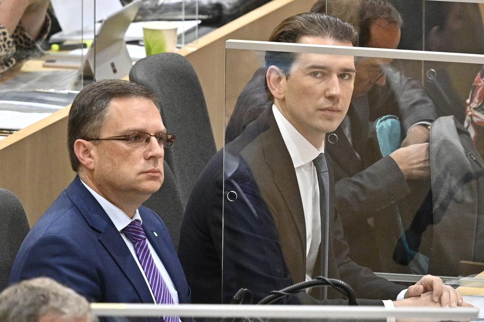 Abgeordneter August Wöginger (l-r) und Sebastian Kurz, Parteivorsitzender der ÖVP, nehmen an der Debatte im Nationalrat über den Budgetentwurf teil.