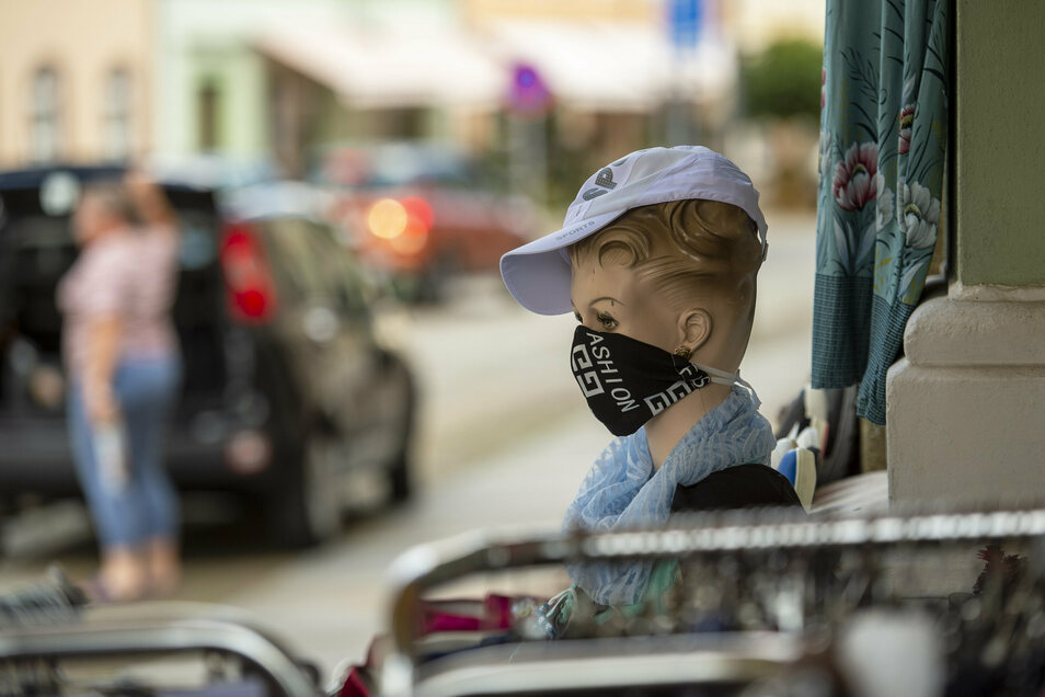 Masken sind in Geschäften und in Bus und Bahn Pflicht.