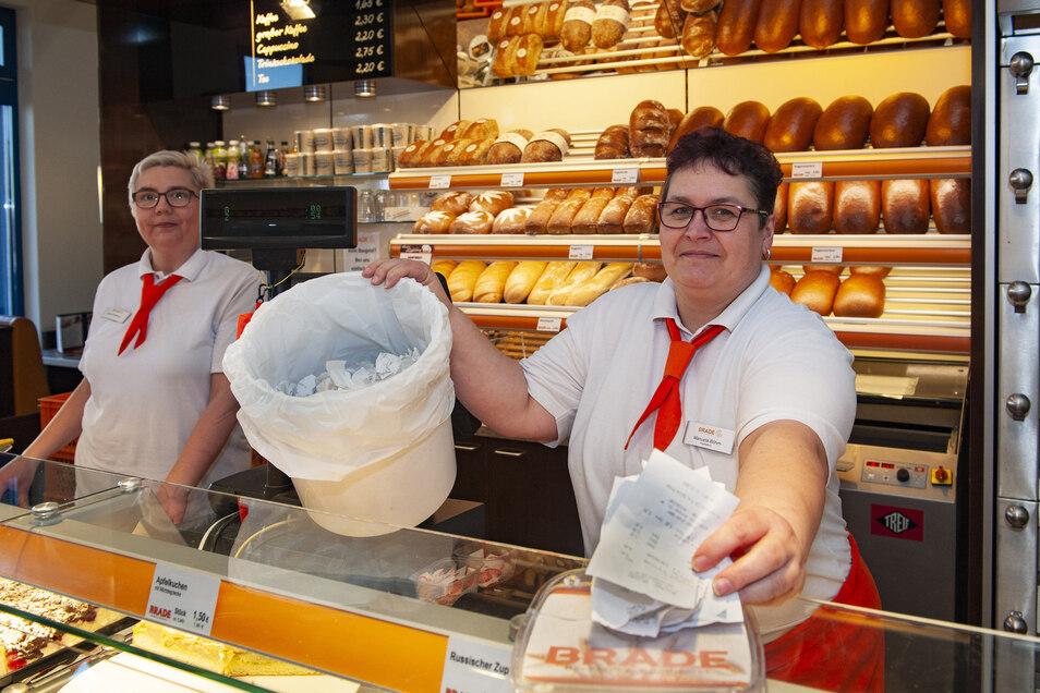 Bei der Bäckerei Brade gilt seit Januar auch die Bon- Pflicht. Filialleiterin Manuela Böhm und ihre Kollegin Mandy Sittmann zeigen den vollen Papiereimer.