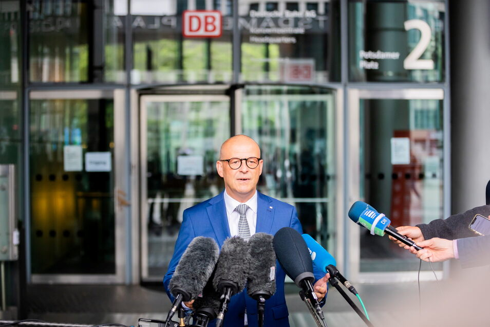 """""""Mit einer Corona-Prämie kommen wir einem wichtigen Anliegen der Gewerkschaften entgegen"""": Martin Seiler, Personalvorstand der DB."""