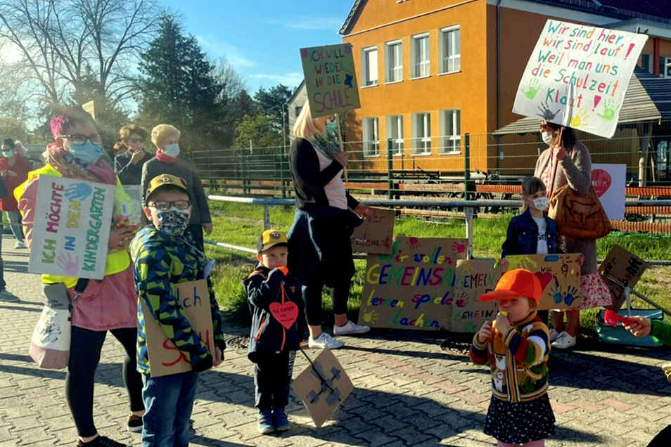 Auf vielen bunten Plakaten war am Montag in Bernsdorf wieder zu lesen, was sich Eltern und Kinder wünschen – nämlich regulär geöffnete Kitas und Schulen.
