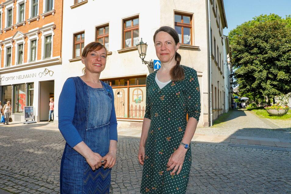 Verena Gebler (links) und ihre Mitarbeiterin und Yoga-Lehrerin Katharina Brychcy vor dem früheren Eiscafé Mießler in Löbau. Sie planen dort gemeinsam einen neuen regionalen Mini-Markt.