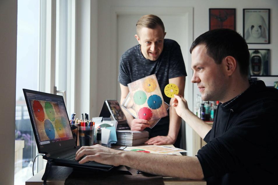 """Am heimischen Schreibtisch tüfteln Christian Krebs (li.) und Florian Thalmann an neuen Ideen für ihre """"Lockdown Adventures""""."""