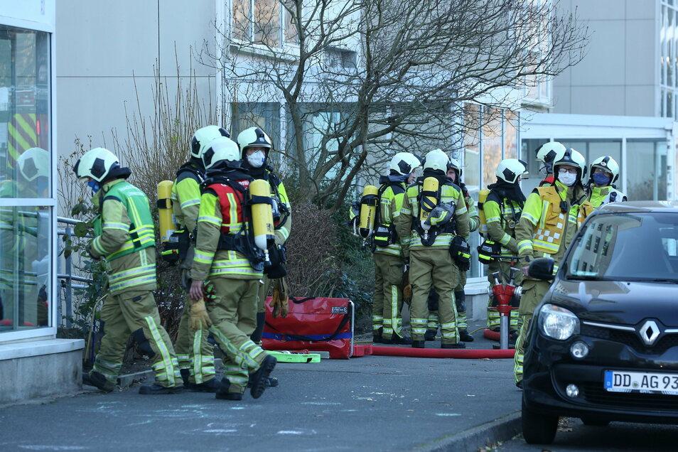 38 Einsatzkräfte der Feuerwehr waren am Mittwoch damit beschäftigt, ein Feuer in einem Keller eines Wohnhochhauses zu löschen und den Brandrauch zu vertreiben.
