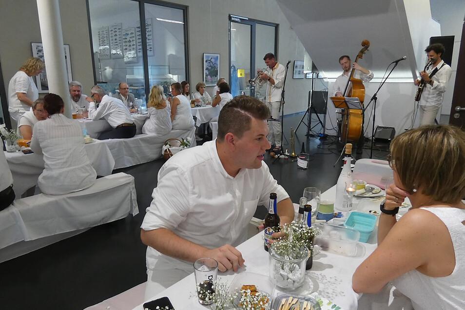 Dieses Bild bot sich am Samstagnachmittag den Besuchern im hellen Foyer der KulturFabrik: selbst die Musiker erschienen in Weiß.