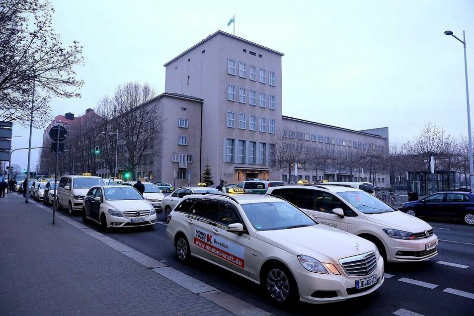 Vor dem Landtag demonstrieren hunderte Taxifahrer für finanzielle Unterstützung in der Corona-Zeit.