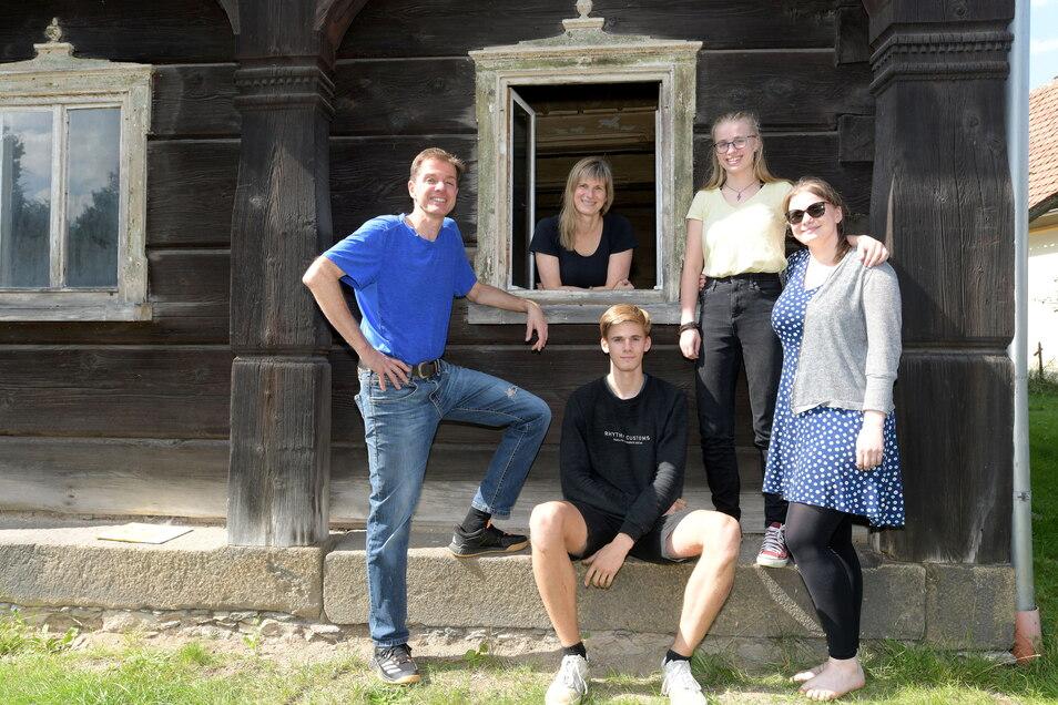 Die Eheleute Martin und Monika Fink mit ihren Kindern Florian, Luisa und Lena an ihrem Umgebindehaus in Eibau.