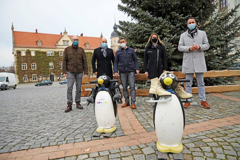Eisbahn-Macher und Unterstützer, von links: Christian Dohr (Feralpi), René Röthig (Stadtwerke), Torsten Pilz, Kerstin Harsch (Volksbank) und Oberbürgermeister Marco Müller.