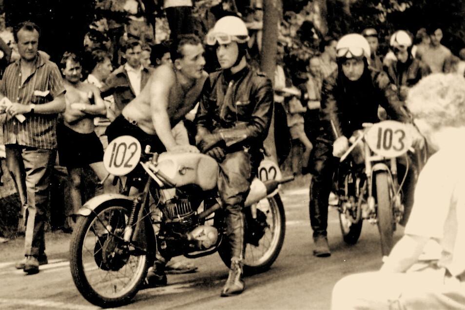 Theo Colditz beim Lückendorfer Bergrennen 1964 am Start zu seinem letzten Trainingslauf. Dahinter mit der Startnummer 103 Hans Zimmler vom MC Wismut Aue.