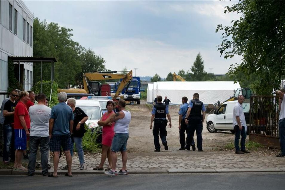 Schaulustige beobachten am Freitagnachmittag die Arbeiten in der Friedrichstadt.