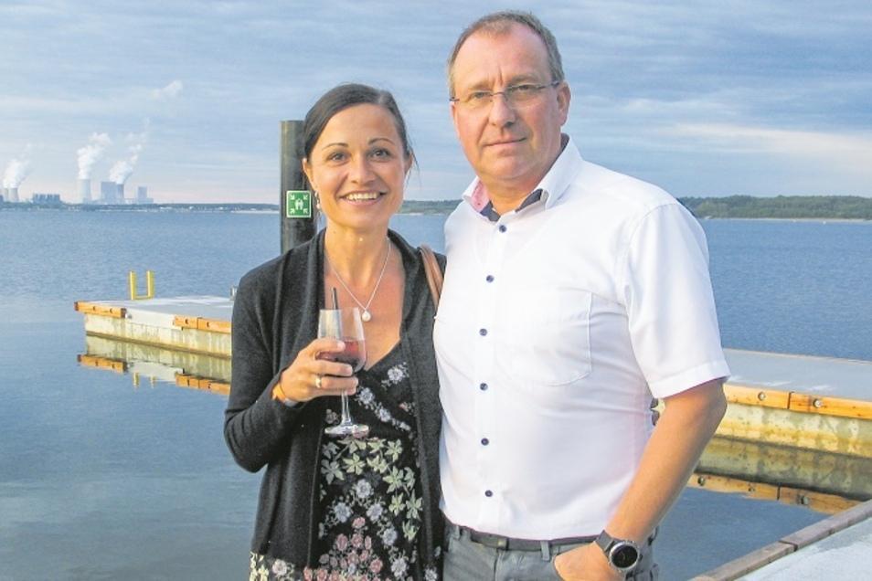 Susanne und Frank Schicke, Unternehmer einer Verpackungsmaschinenbaufirma aus Dresden, gehören zu den ersten Eigentümern eines schwimmenden Hauses in der Marina Klitten am Bärwalder See.